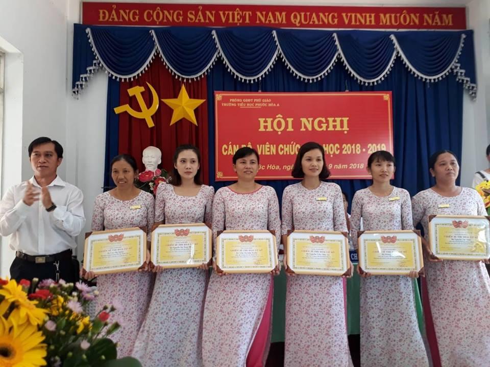 Cán bộ, giáo viên nhận danh hiệu Chiến sĩ thi đua cơ sở