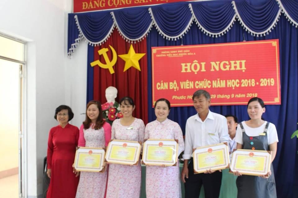 Giáo viên nhận danh hiệu Lao động tiên tiến huyện khen