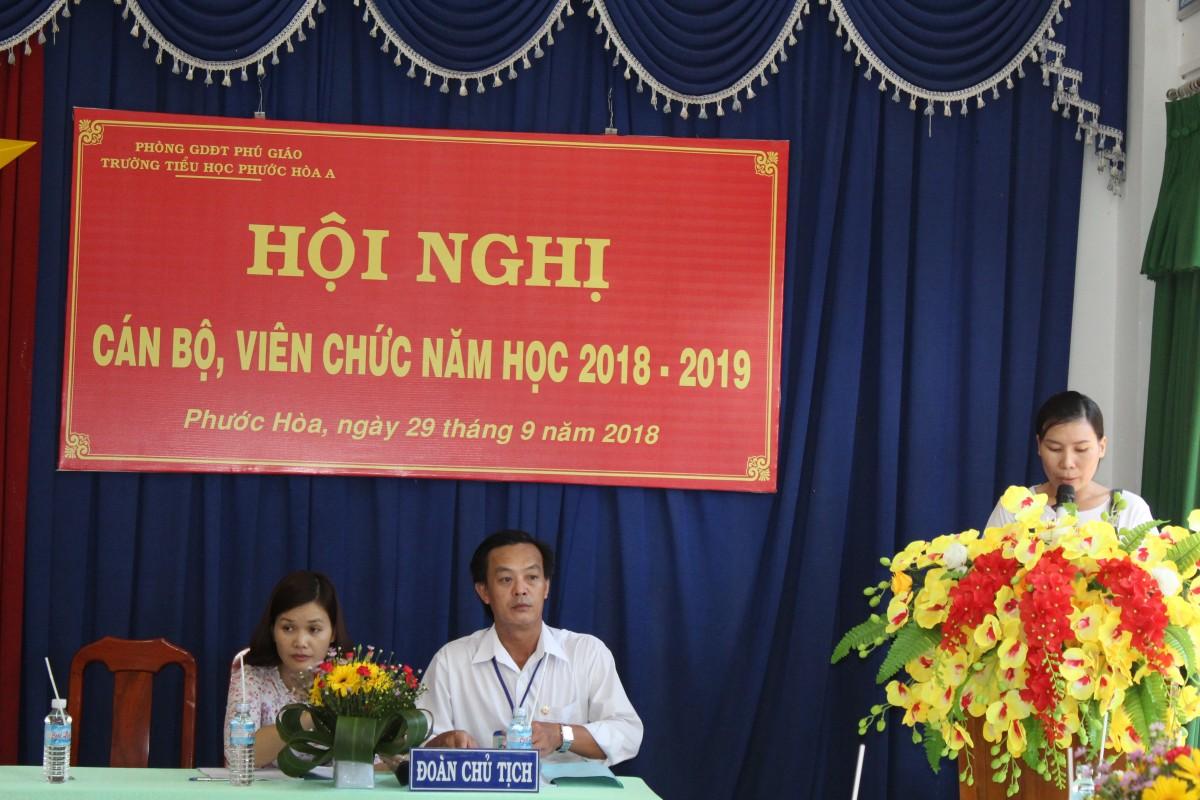 Cô Hoàng Thị Hương thông qua danh sách khen thưởng