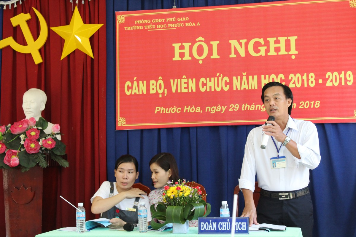 Thầy Trần Minh Tâm hướng dẫn Hội nghị tiến hành thảo luận