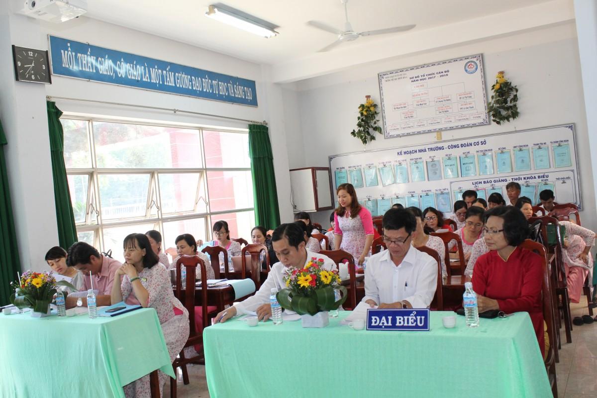 Đ/c Nguyễn Hoàng Ngọc (thứ hai từ phải sang) – chuyên viên phòng giáo dục đào tạo huyện Phú Giáo chỉ đạo Hội nghị