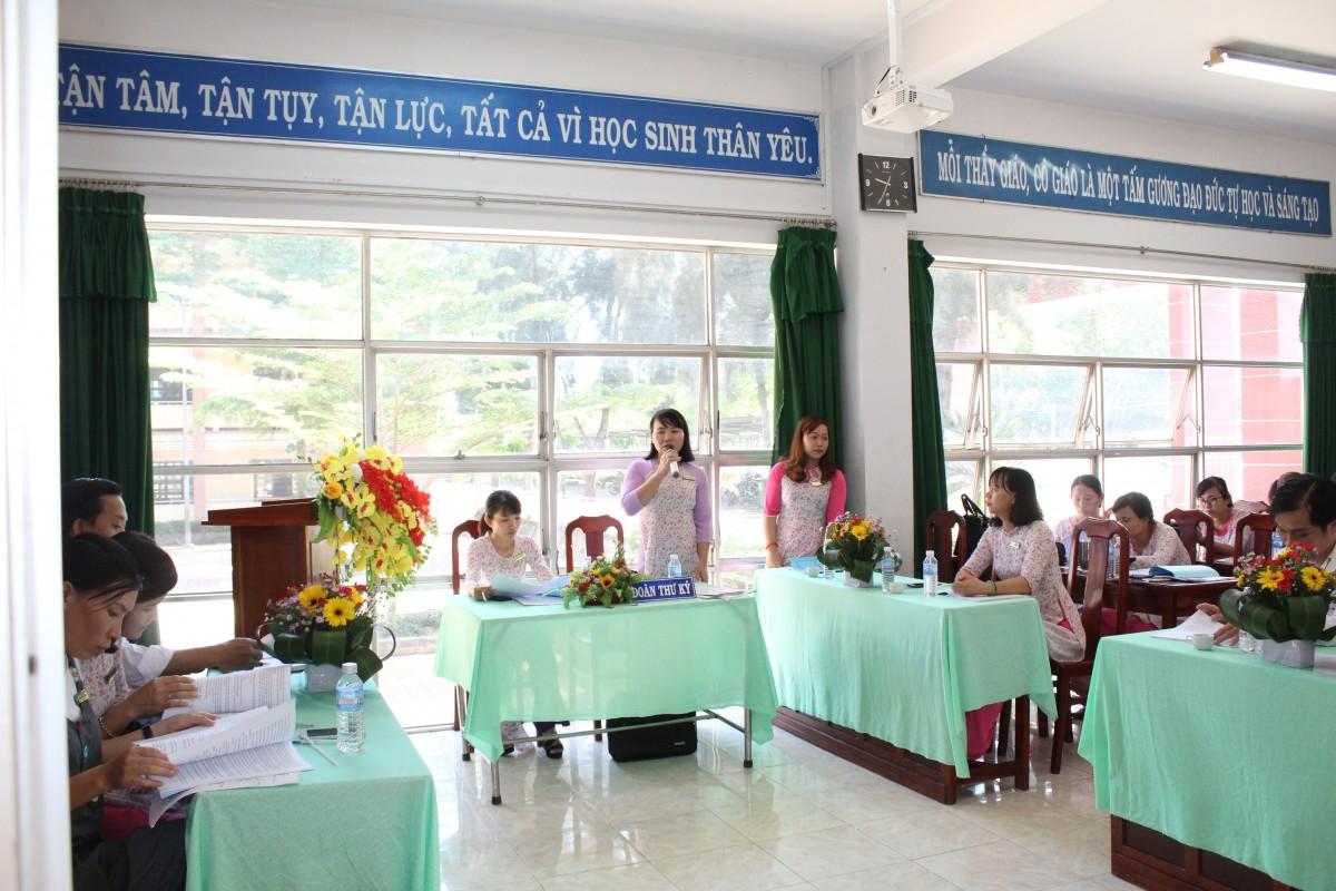 Cô Lê Thị Thắm - Tổ trưởng Tổ lớp 5 góp ý thảo luận